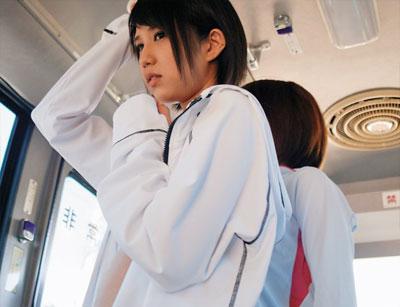 【痴漢レズ動画】陸上の練習終わりに汗臭い身体のままバス帰宅する女子大生に背後から痴女襲来…