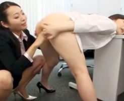 【OLクンニレズ動画】新人教育で美人の先輩が二人っきりの事務所内で淫語責めしながら手マン&クンニ責めww