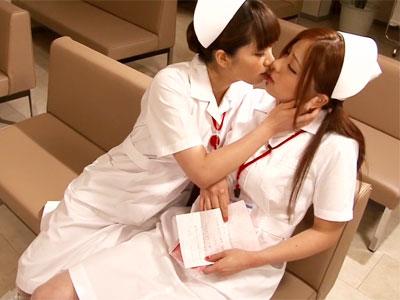 【ナースレズ動画】夜勤で疲れて居眠り中の可愛い看護師を待合室で夜這い…突然のキスを受け入れたナースww