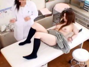 【JK盗撮レズ動画】妊娠疑惑ある巨乳女子校生を保健室の先生が内緒で検査…高速手マンを接写撮りww