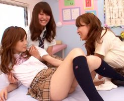 【ギャルレズ動画】保健室でオナニーしてたことが同級生にバレた女子校生に電マ攻めww
