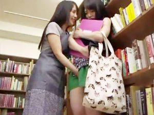 【ロリキスレズ動画】図書館でヌード写真集を見ながら立ちオナニーしてる女子大生に近付く痴女が壁ドンww