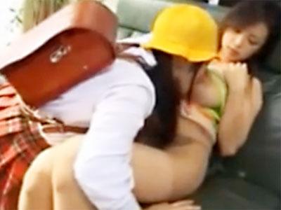 【近親相姦レズ動画】小学生になっても乳離れ出来ずに母親の母乳を飲み続ける甘えた姉妹ww