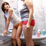 【女子校生手マンレズ動画】父が再婚した熟女女性…お風呂掃除していた女子校生の娘に言いより浴室で立ち手マンww