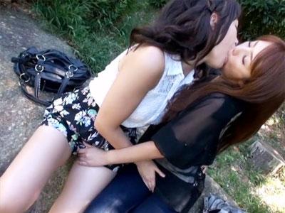 【青姦レズ動画】女性同士で恋愛はありえない女性とレズビアンが24時間一緒にいた時の心境変化がヤバイww