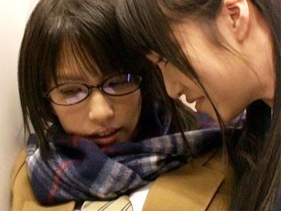 【痴漢レズ動画】他校の女子校生が同学年の女子を満員電車内で痴漢…立ったままバイブで大量潮吹きww