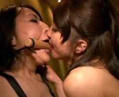 【SMレズ動画】口枷と鼻フックで調教される人妻…ド変態女が昼間のラブホテルで互いの性癖で快楽求め合うww