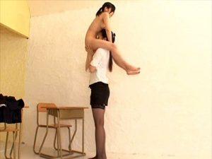 【ロリクンニレズ動画】身長182cmの高身長女性が9歳の女の子の平均(135cm)しかない低身長JKを持ち上げクンニww