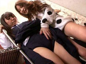 【痴漢レズ動画】制服の中にブルマを履く童顔女子校生の試着中に乱入してきた痴女アパレル店員ww