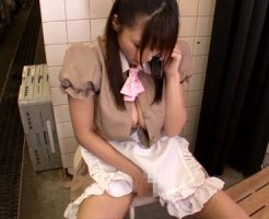 【巨乳オナニーレズ動画】性生活に不満爆発の巨乳若妻がアルバイト先でテレフォンセックスで潮吹きww
