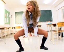 【オナニーレズ動画】メリメリと音が聞こえそうな極太ディルドを使って激しい自慰行為をする黒ギャル女子校生ww