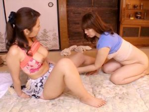 【熟女SEXレズ動画】腰痛で動けなくなったオバサンに出張整体師の愛撫が続く…ムチムチの身体を寄せ合うww