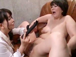 【バイブレズ動画】セレブモデルの熟女をレズペット化した女カメラマン…電動バイブ挿入して放置プレイww