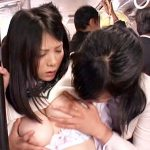 【痴漢レズ動画】乗車率が高いバス内で背の小さい女子校生を狙う痴女…手マン強要させて凄い潮吹きww