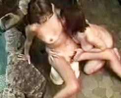 【素人盗撮レズ動画】ビキニ水着の日焼けあとが残る女性客が露天風呂で痴女にレイプされた様子を隠しカメラで撮影ww