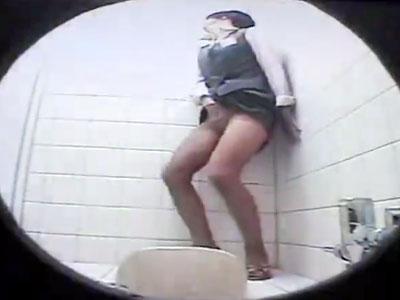 【素人盗撮オナニー動画】パンストの中に指入れて休憩中に自慰するOLを同僚が隣のトイレから小型カメラ撮りww