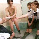 【パイパンレズ動画】仲良し女子校生の悪ふざけww営業前の銭湯に忍び込んで剛毛マン毛をツルツルに剃毛ww