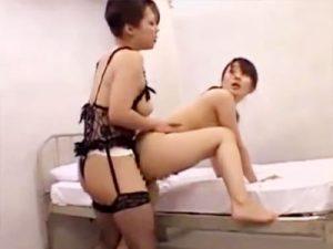【ナースレズ動画】入院する度に新人ナースをレズ調教して退院していくビアン妻…ペニバン使って立ちバックww