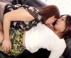 【熟女キスレズ動画】瞬きもせずに相手を見つめ合いながらキスを繰り返すムッチリ巨乳の女性ww