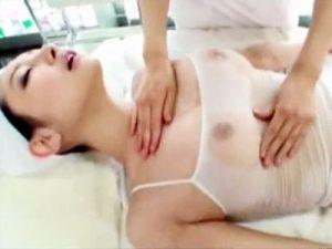 【エステレズ動画】胸の豊胸効果があると噂のオイルマッサージ店で透け乳揉まれながら電マ攻めww