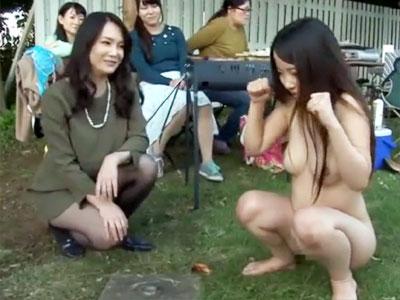 【野外露出レズ動画】引っ越してきたばかりの若妻を婦人会でいじめる主婦たち…全裸になった妻がBBQの食材を挿入ww
