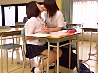 【JKキスレズ動画】コーラ味の飴玉を教室内でクチの受け渡しをする女子校生が我慢出来ずディープキスww