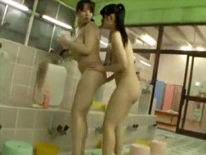 【巨乳痴漢レズ動画】銭湯で身体が当たるふりして目当ての巨乳女性に媚薬を塗り込む女子校生ww