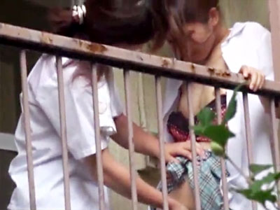 【青姦レズ動画】誰も使ってない旧校舎のベランダで同級生が手マンしてるところをスマホカメラで撮影した流出動画…